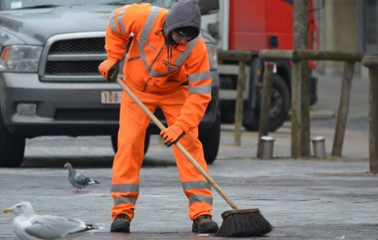 Professionelle Reinigung mit Straßenbesen