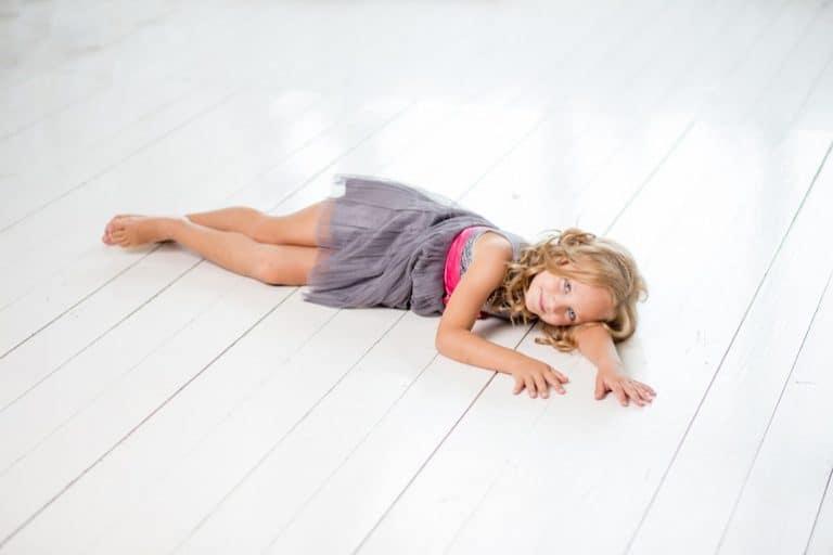 Staubsauger-Roboter-Boden-Mädchen