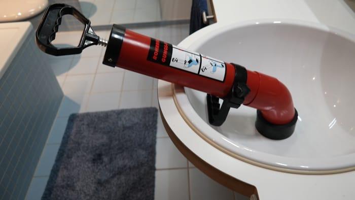 Der Adapter für den Einsatz am Waschbecken ist montiert. Allerdings ist dieser nicht wirklich flexibel. Der untere Griff lässt sich problemlos verstellen und kann auch nach oben zeigen.