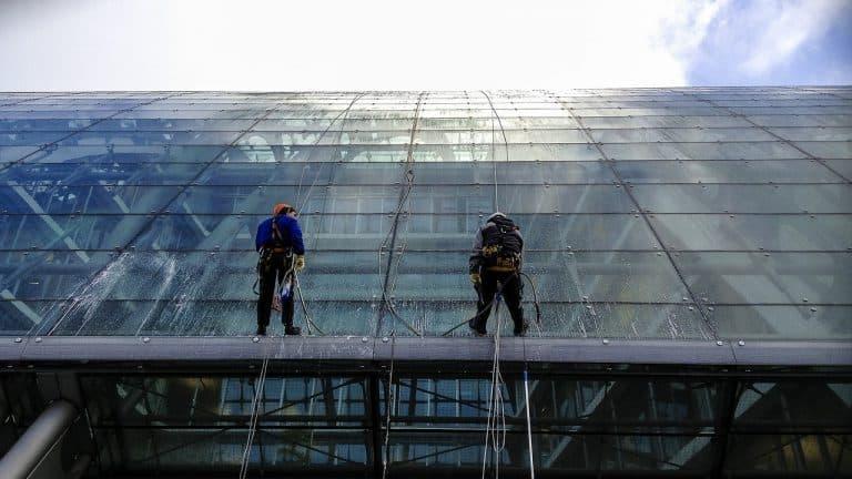 Zwei professionelle Fensterputzer