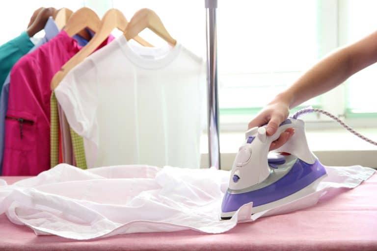 Person beim Bügeln