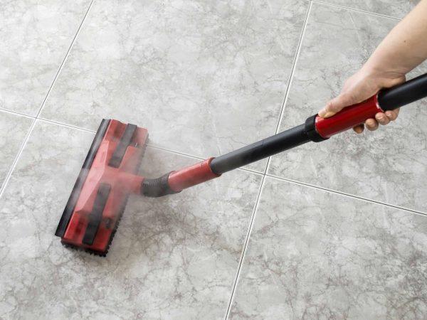 Mit einem Dampfreiniger kannst du verschiedene Oberflächen besonders schonend reinigen. (Bildquelle: 123rf.com / 26719822)