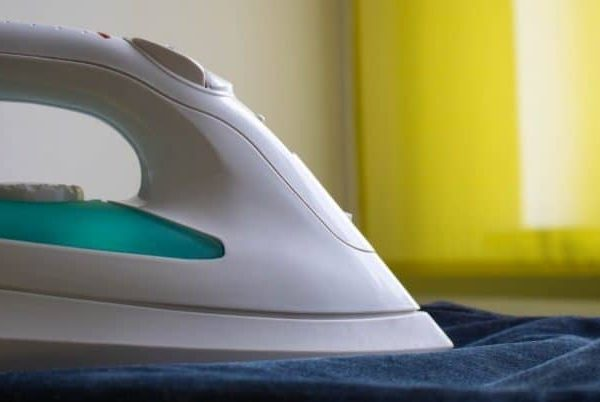 Ein Bügeleisen ist ein Haushaltsgerät zum Glätten (Bügeln, ndd.: Plätten) und In-Form-Bringen von Textilien, vor allem von Kleidungsstücken, Tisch- und Bettwäsche. Für diesen Vorgang werden Druck, Wärme und bei einem Dampfbügeleisen auch Feuchtigkeit genutzt. (Bildquelle: pixabay.com / gentle07)