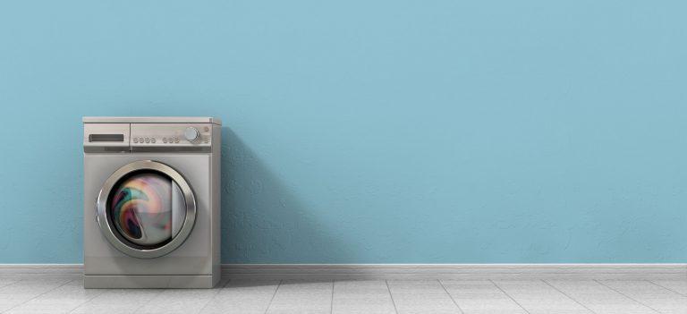 Waschmaschine vor leerer Wand