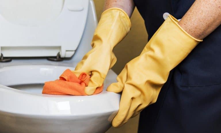 Jemand putzt Toilette