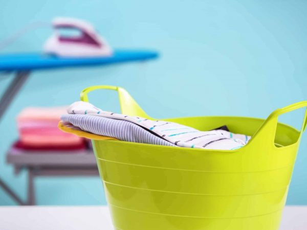Grellgrüner Wäschekorb aus Plastik