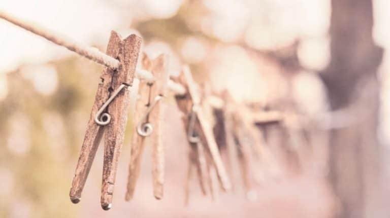 Holzklammern auf der Leine