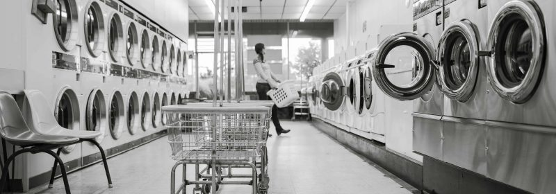 Waschsalon in schwarz-weiß