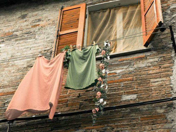 Wäscheleine unter Fenster